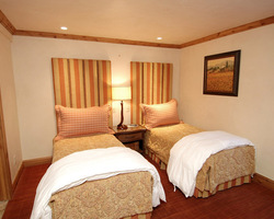 Aspen Colorado-Lodging trek-Fifth Avenue Condominiums-Deluxe 3 Bedroom Condominium Max Occup 6